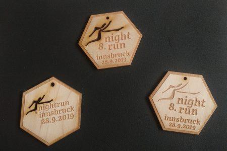 Die Medaille für die Finisher des Innsbrucker Nightruns wurde aus Birkenholz angefertigt.